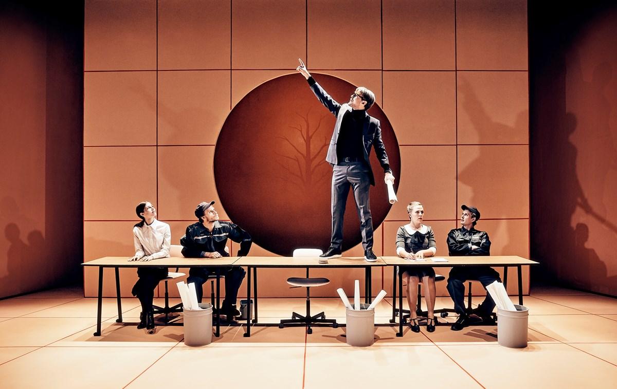 katastrofen sker i pausen præsentationsforestilling aarhus teater anmeldelse kulturmor